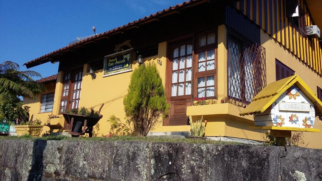A fachada ou entrada em Pousada Casa Amarela