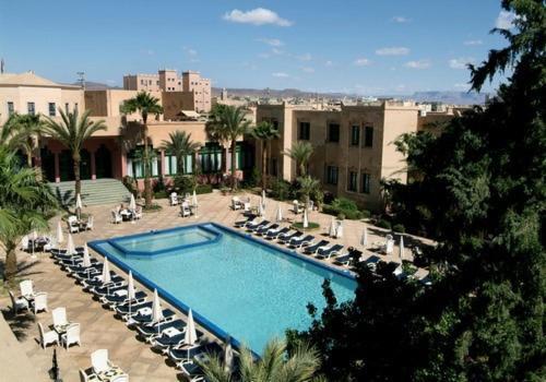 Vue sur la piscine de l'établissement Le Riad Salam Zagora ou sur une piscine à proximité