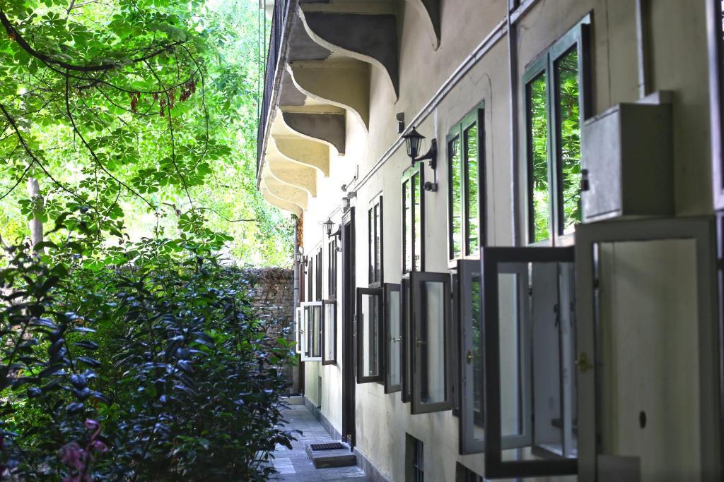 Ein Balkon oder eine Terrasse in der Unterkunft Amber Gardenview Studios
