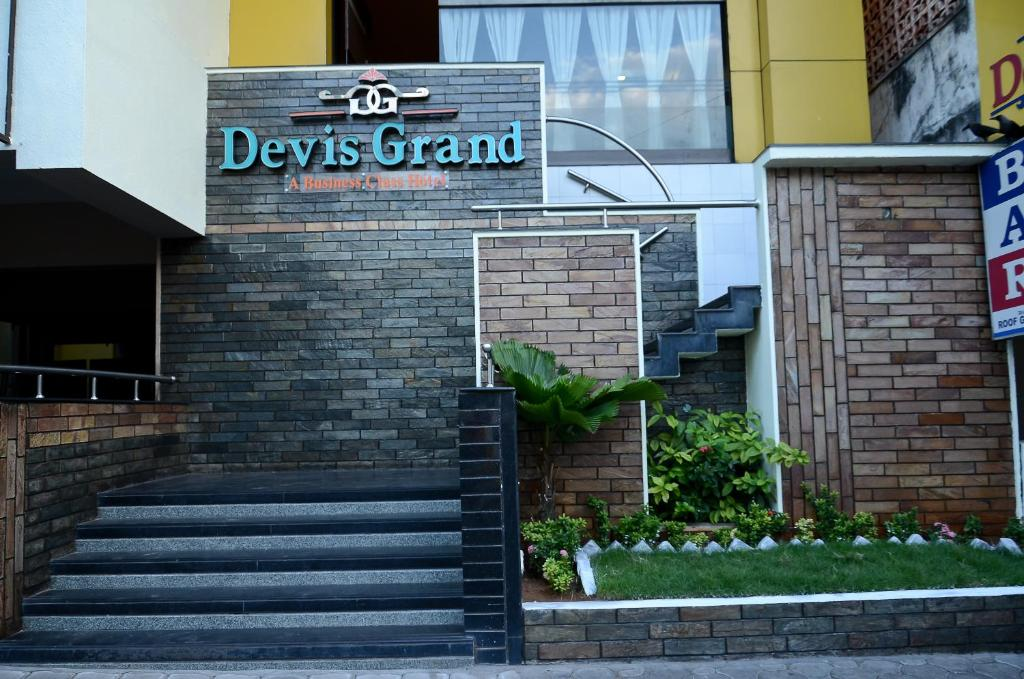 The facade or entrance of Devis Grand
