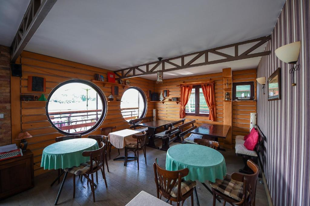 San Art Floating Hostel & Apartments