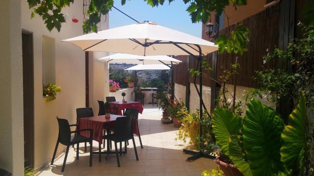 Un restaurante o sitio para comer en Rosana guest house