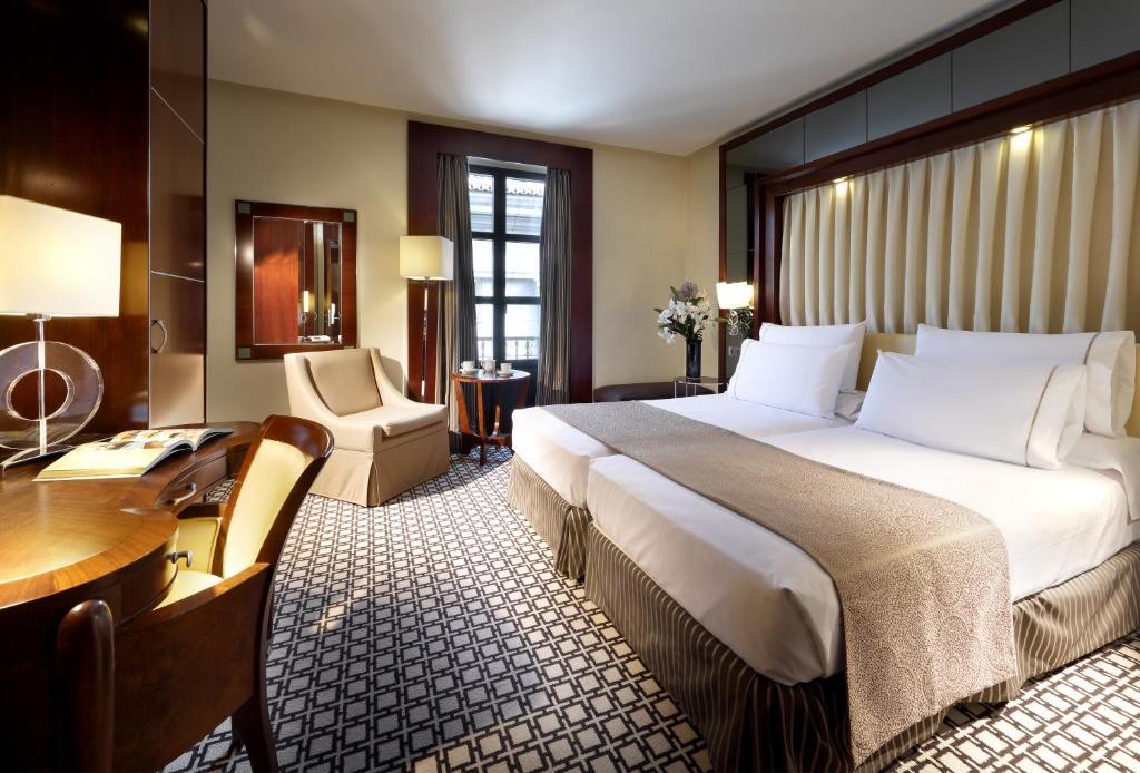 سرير أو أسرّة في غرفة في ايروستارز غران فيا