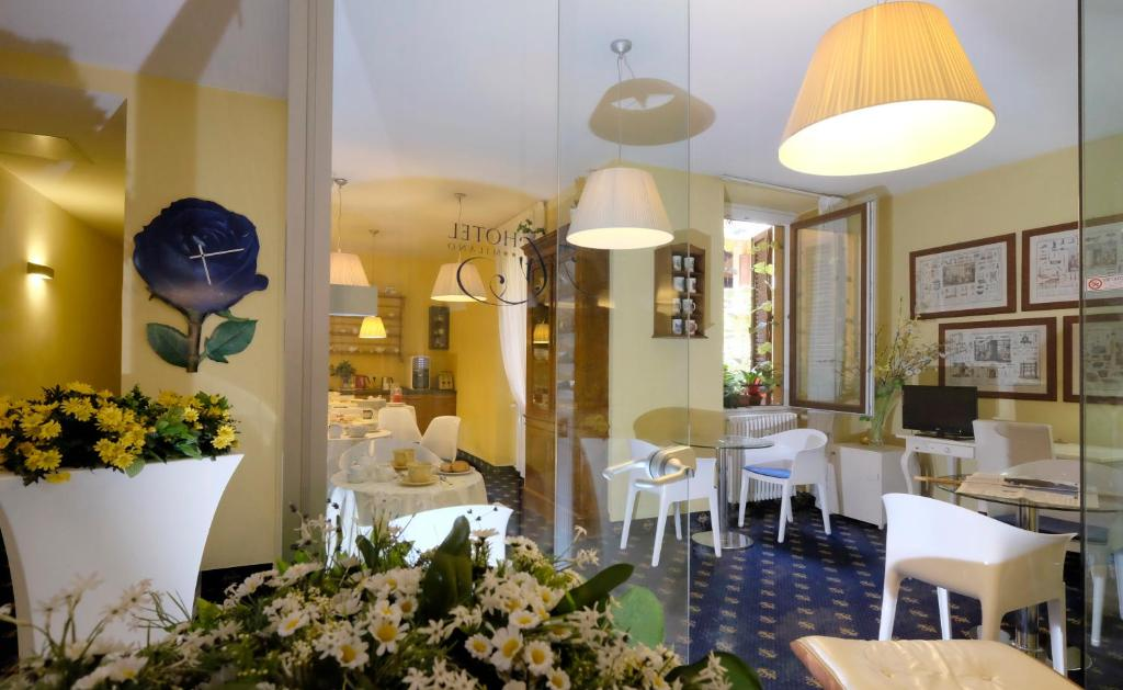 A restaurant or other place to eat at My Hotel Milano