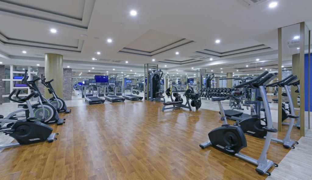 Фитнес-центр и/или тренажеры в Asia Beach Resort & Spa Hotel