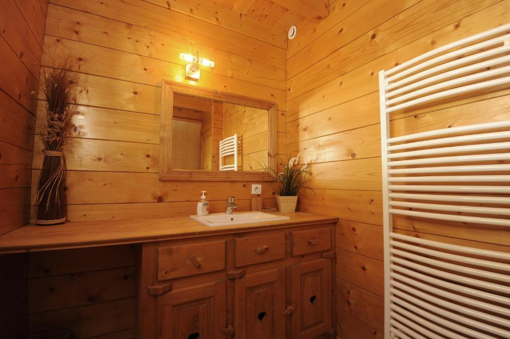 A bathroom at Les Chalets des PALETIERES