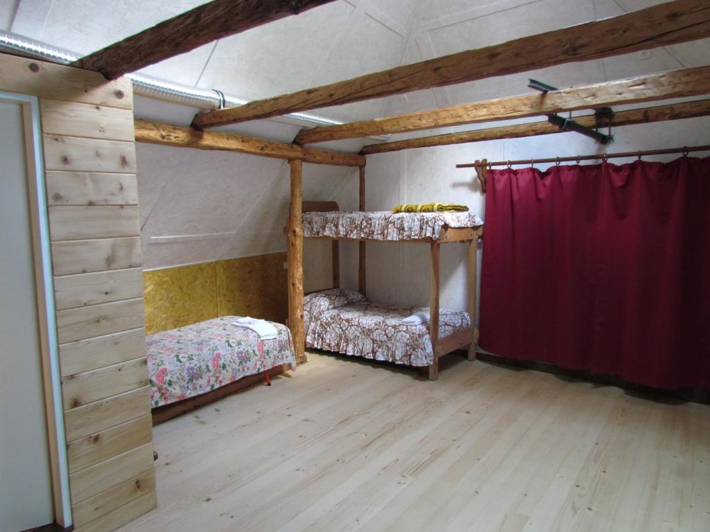 Ein Etagenbett oder Etagenbetten in einem Zimmer der Unterkunft Joe's Place
