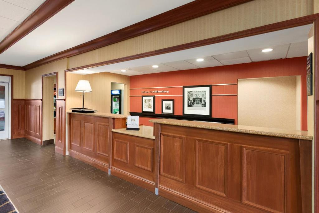 The lobby or reception area at Hampton Inn & Suites Williamsburg Historic District