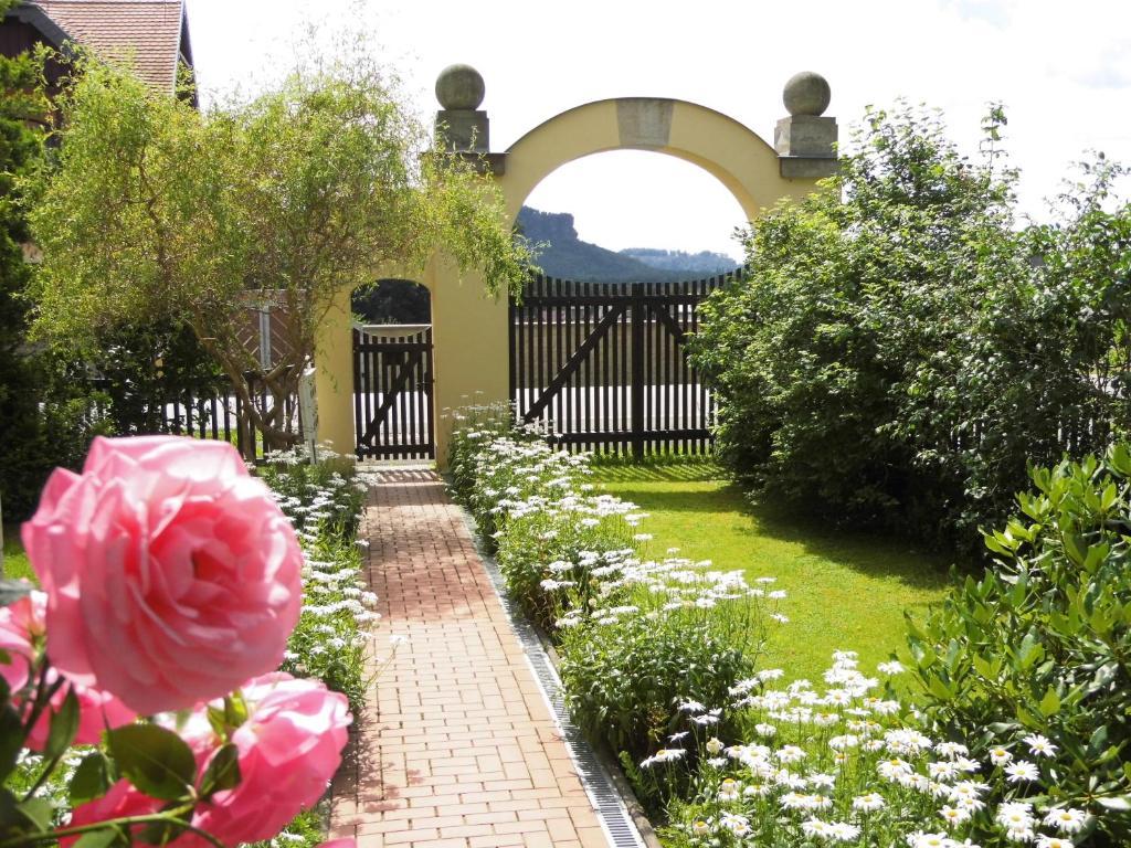 A garden outside Ferienwohnung Zum Lilienstein