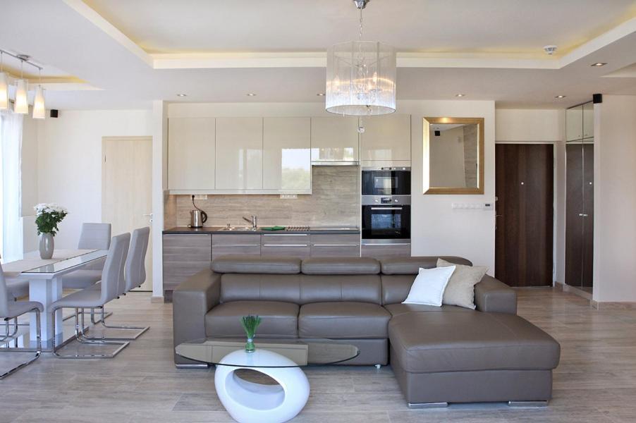 A kitchen or kitchenette at Luxus Apartman Zamárdi