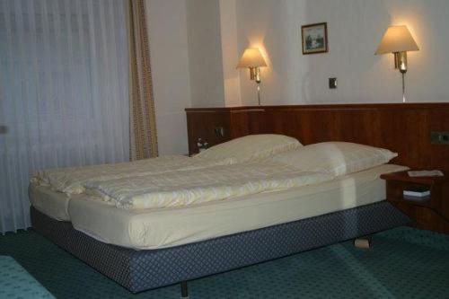 Ein Bett oder Betten in einem Zimmer der Unterkunft Landgasthof Deutsches Haus