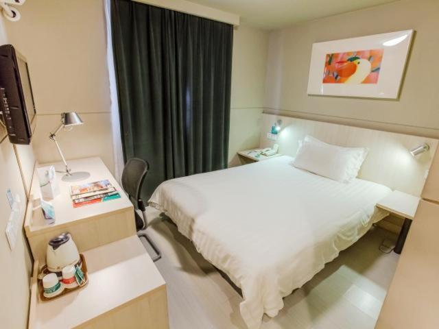 Ein Bett oder Betten in einem Zimmer der Unterkunft Jinjiang Inn Shanghai Maotai Road