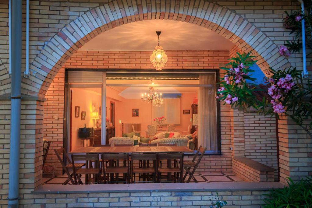 Um restaurante ou outro lugar para comer em Casacelin