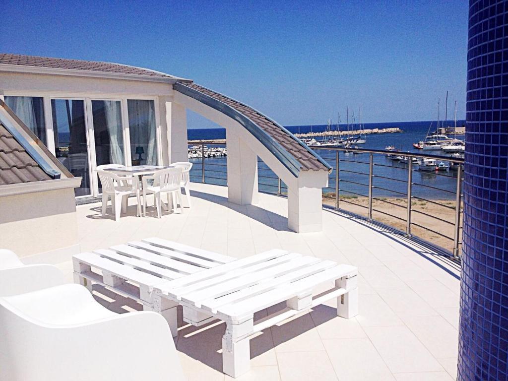 Popločani dio dvorišta ili vanjski dio objekta Rosso&Blu Sunny Apartments