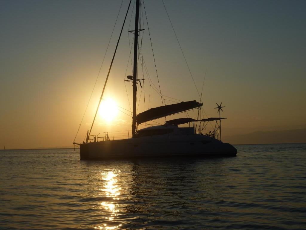 Wschód lub zachód słońca widziany z tej łodzi