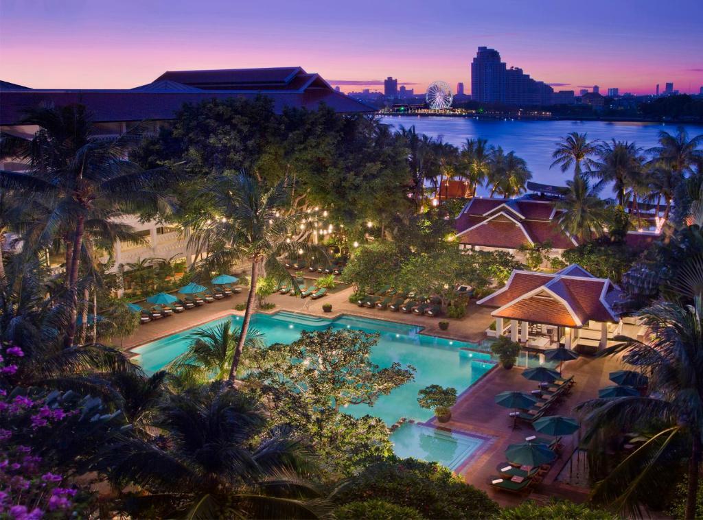 Výhľad na bazén v ubytovaní Anantara Riverside Bangkok Resort alebo v jeho blízkosti