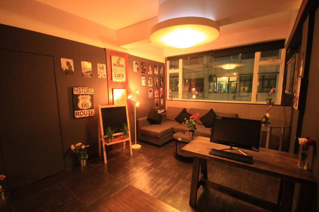 The lounge or bar area at Timehouse (Hong Kong Hostel Group)