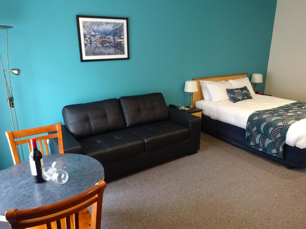 A seating area at Victoria Lodge Motor Inn & Apartments