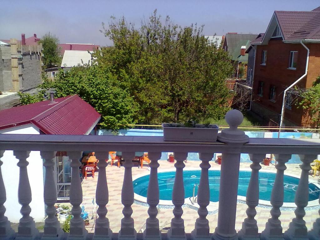 A balcony or terrace at Guest House Beliy Dom