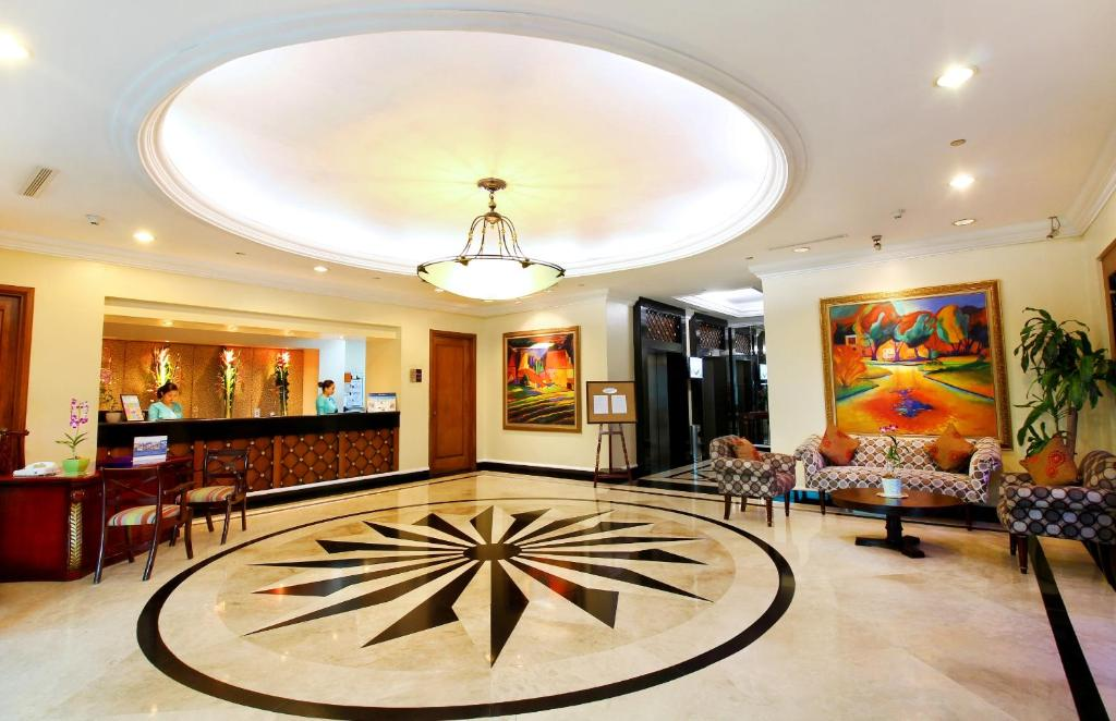 The lobby or reception area at Oxford Suites Makati