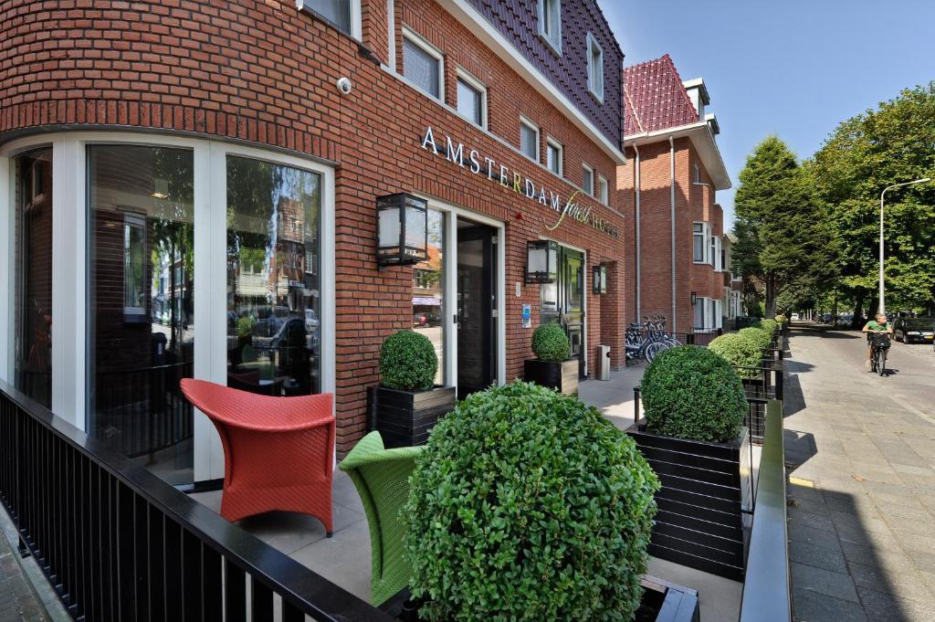 Een patio of ander buitengedeelte van Amsterdam Forest Hotel