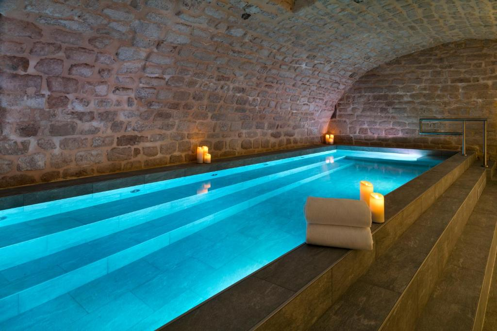 The swimming pool at or close to Hôtel Square Louvois