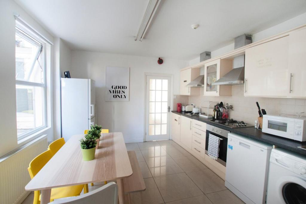 A kitchen or kitchenette at Wimbledon South by Allo Housing