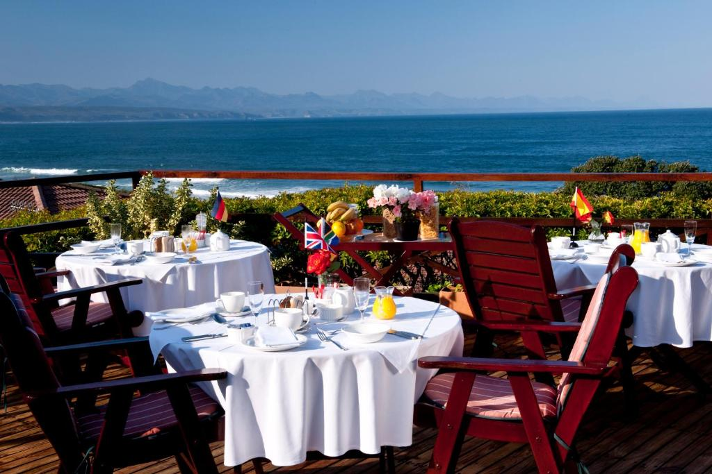 A restaurant or other place to eat at Dolphins' Playground Beachfront B&B