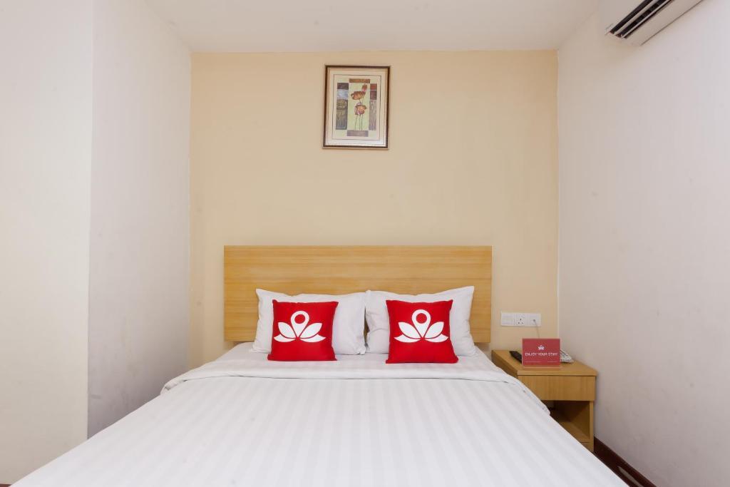 Ein Bett oder Betten in einem Zimmer der Unterkunft ZEN Rooms Opposite YMCA