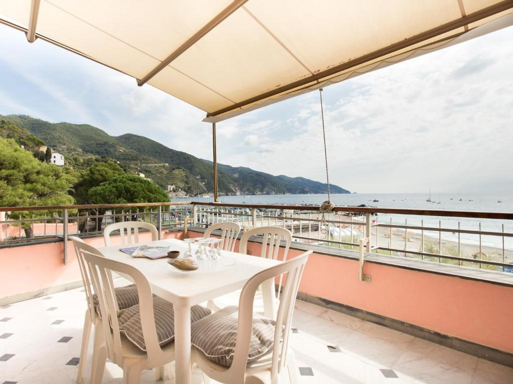 A balcony or terrace at Affittacamere Lo Scoglio (Guesthouse)