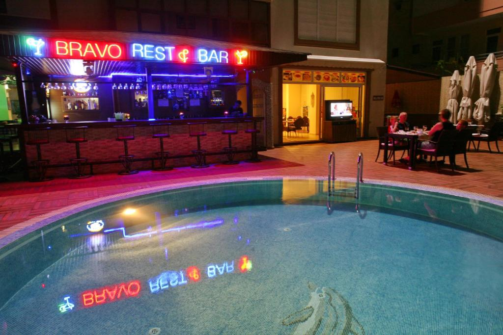 Лаундж или бар в Bella Bravo Suit Hotel