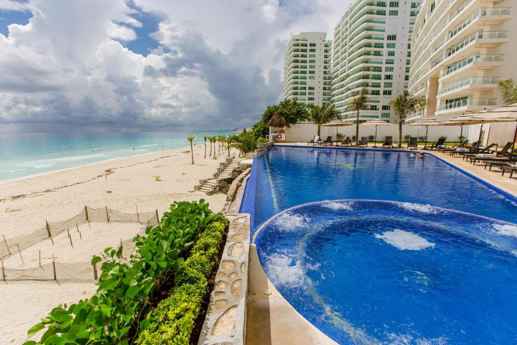 The swimming pool at or near Condominio Girasol by Ocean Dream