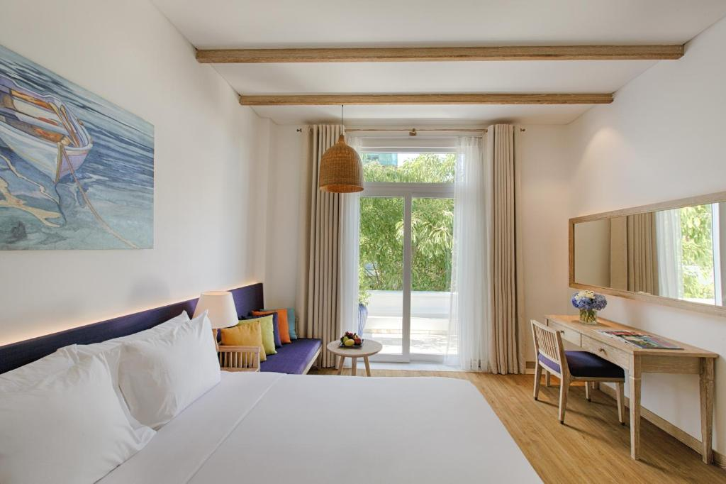 Phòng Deluxe Có Giường Cỡ King Và Ban Công - Nhìn Ra Hồ Bơi/Thành Phố