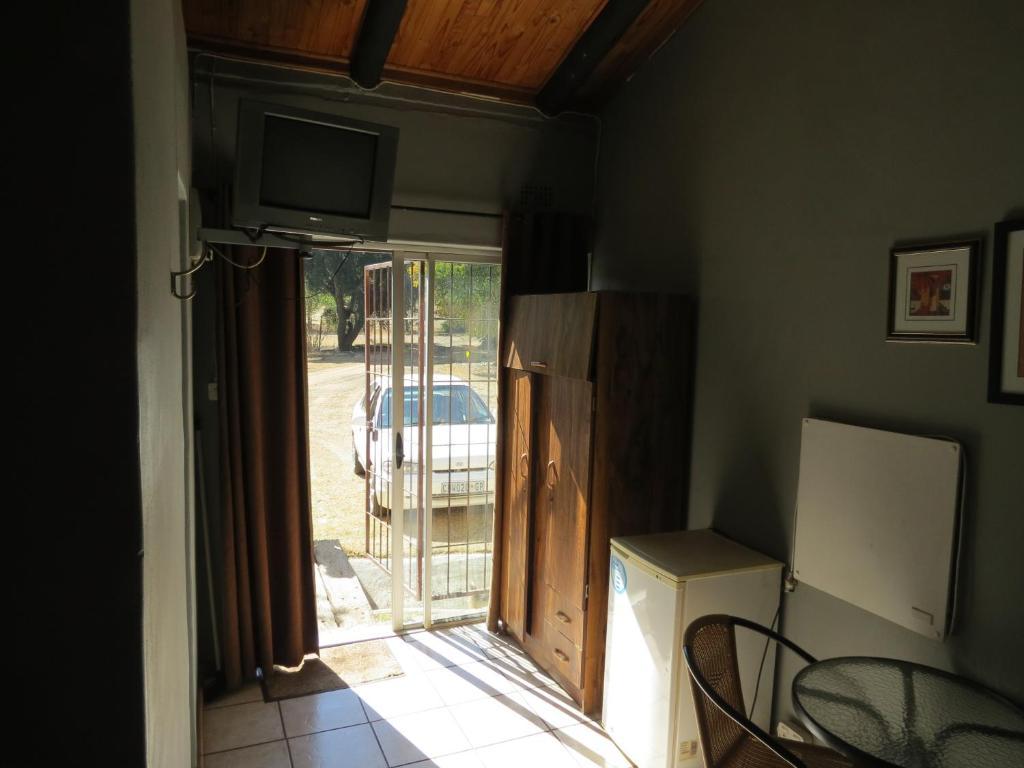 En tv och/eller ett underhållningssystem på De Villas Guesthouse