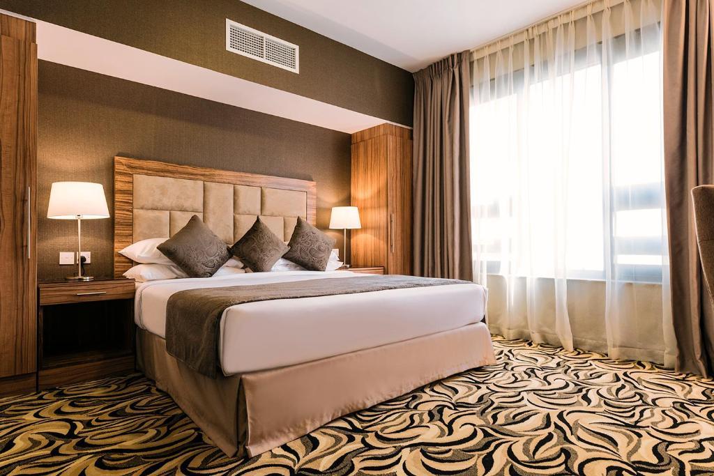 Een bed of bedden in een kamer bij Emirates Plaza Hotel