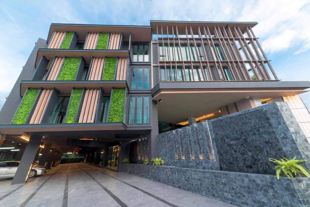 The facade or entrance of Pause and Play Hotel