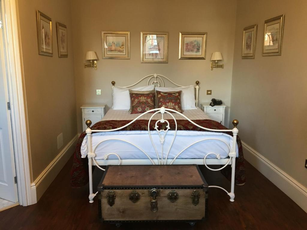 A bed or beds in a room at Balham Lodge