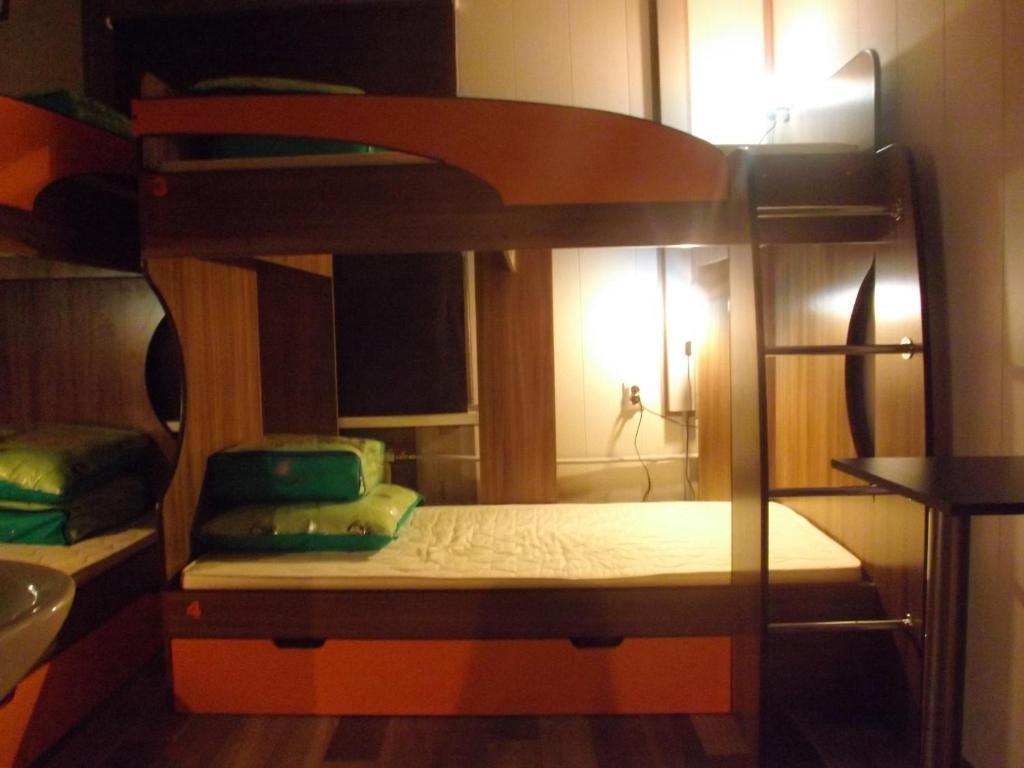 Двухъярусная кровать или двухъярусные кровати в номере Хостел Уютное Местечко