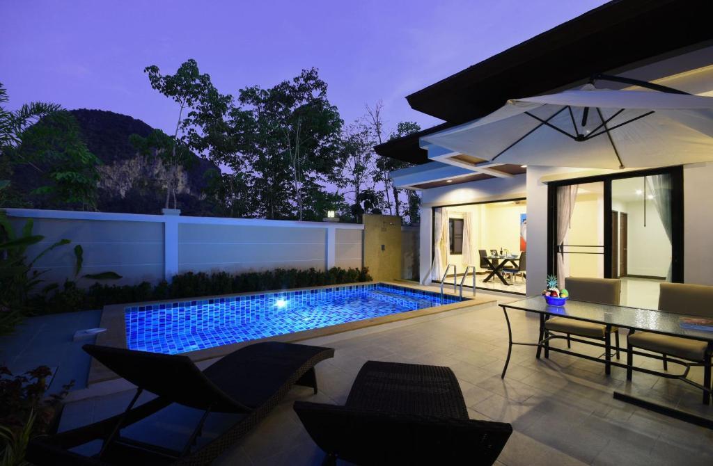 Ein Patio oder anderer Außenbereich in der Unterkunft Baan Ping Tara Tropical Private Pool Villa + Scooter