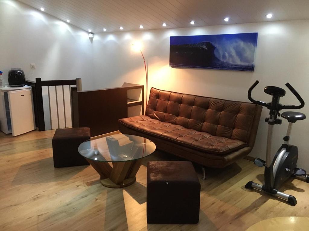 The lounge or bar area at Studio cosy au centre de Couvet