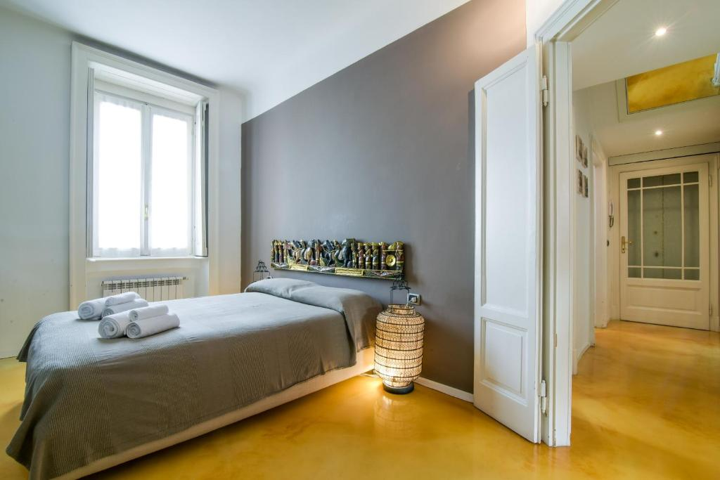 A bed or beds in a room at Charming Apartment Milan