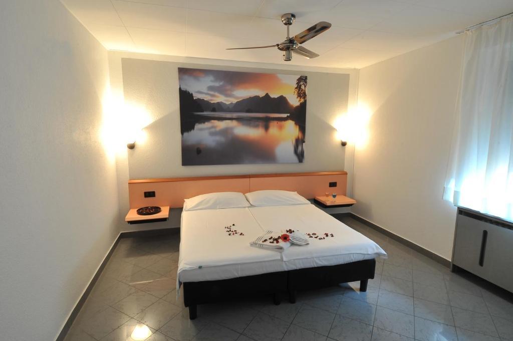 Ein Bett oder Betten in einem Zimmer der Unterkunft Hotel Bahnhof Haus