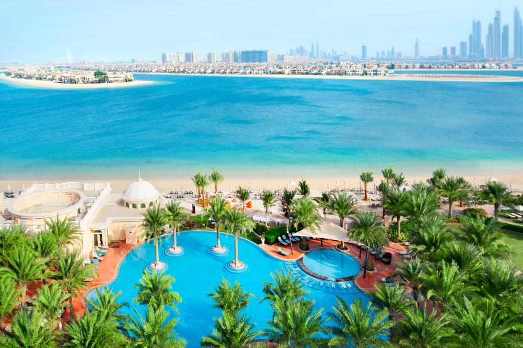 Ein Blick auf den Pool von der Unterkunft Kempinski Hotel & Residences Palm Jumeirah oder aus der Nähe