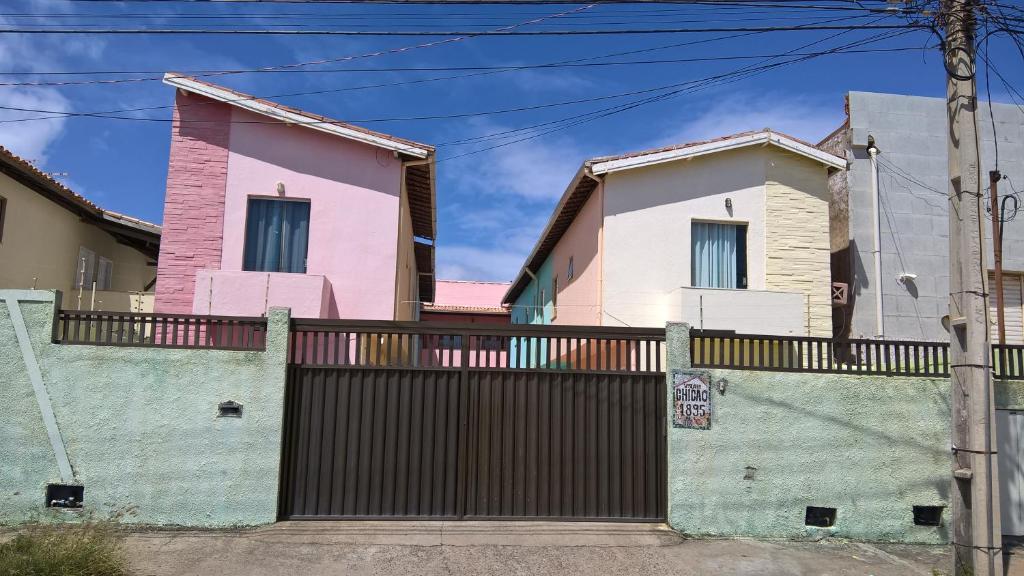 Fachada o entrada de Quartos na Vila do Chicão