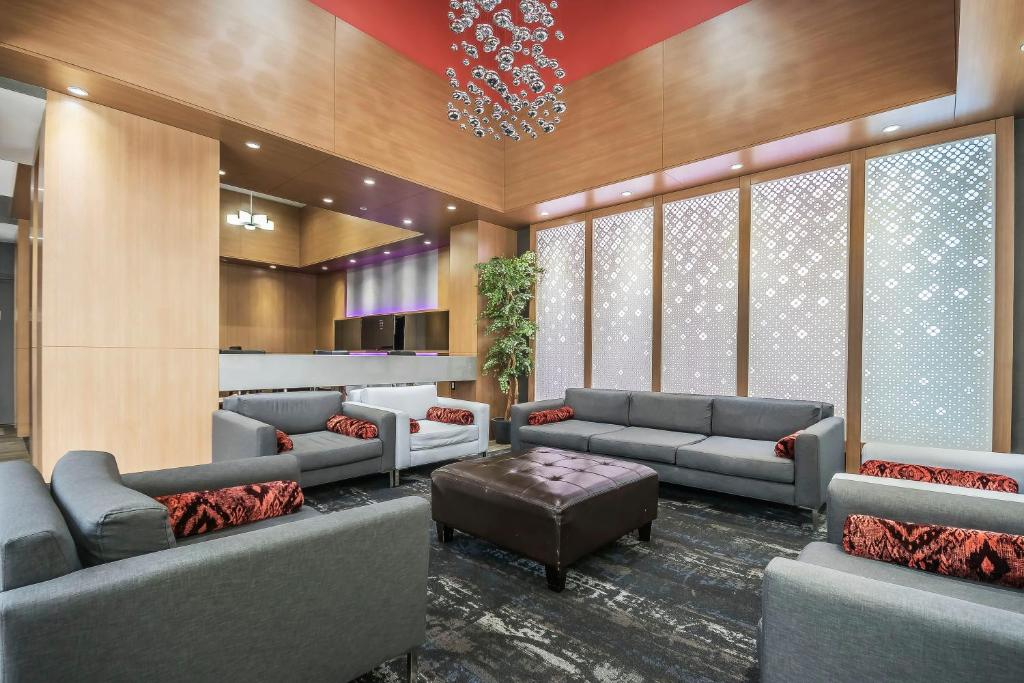 The lounge or bar area at Coast Vancouver Airport Hotel