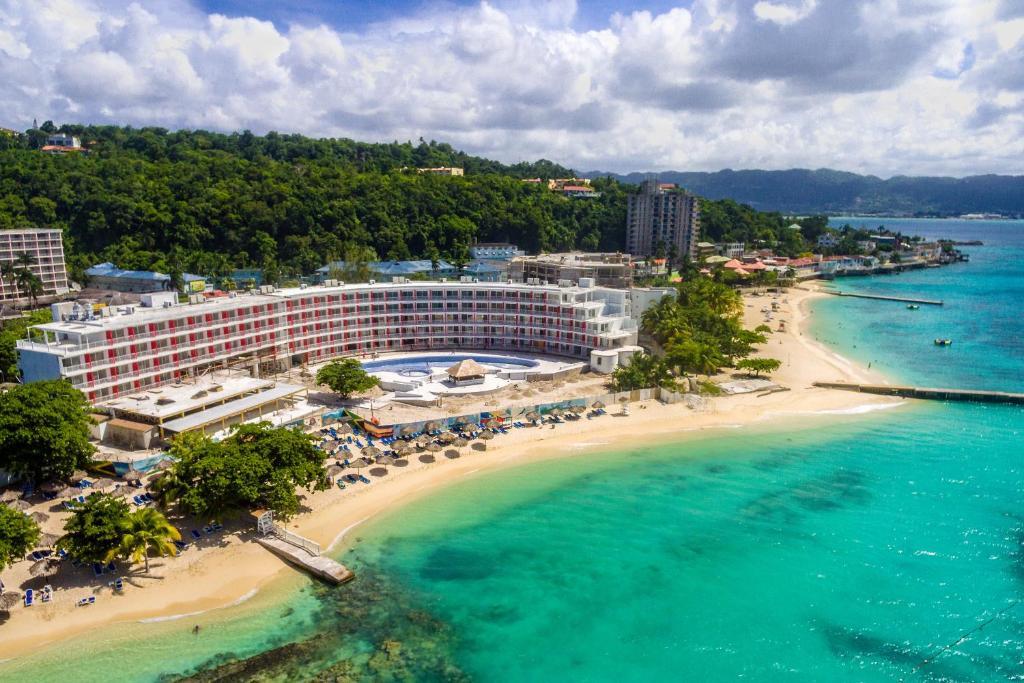 Resort Royal Decameron Cornwall Beach