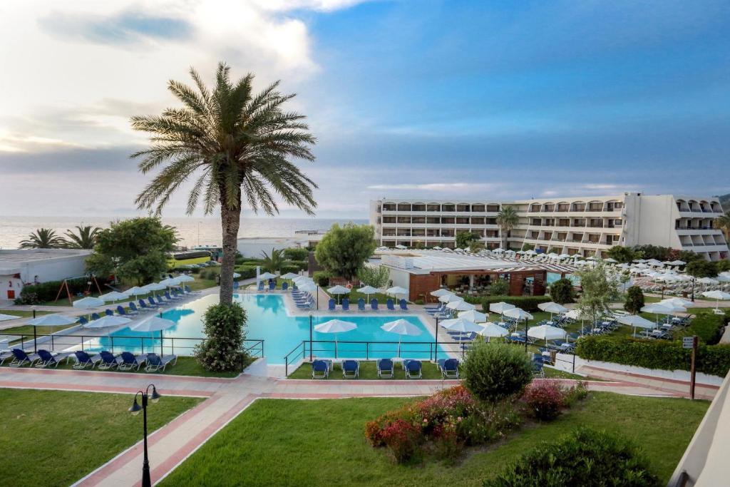 Uitzicht op het zwembad bij Smartline Cosmopolitan Hotel of in de buurt