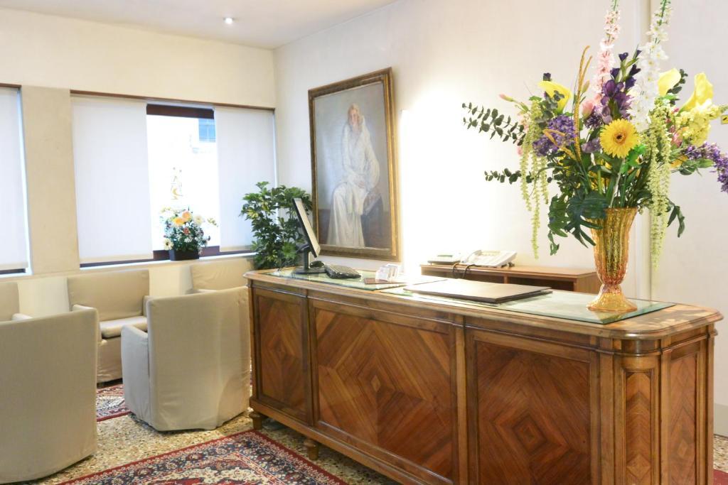 The lobby or reception area at Hotel San Zulian