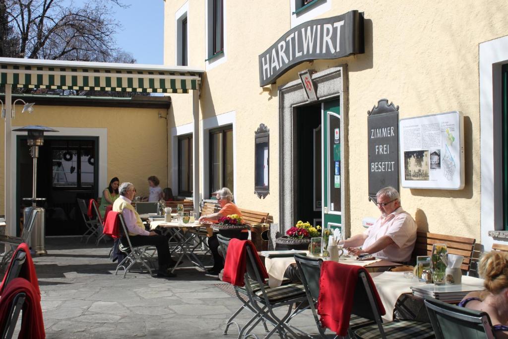 Ein Restaurant oder anderes Speiselokal in der Unterkunft HartlWirt-Hotel-Gasthof