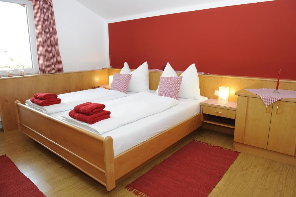 מיטה או מיטות בחדר ב-Haus Sonnenschein Mariapfarr